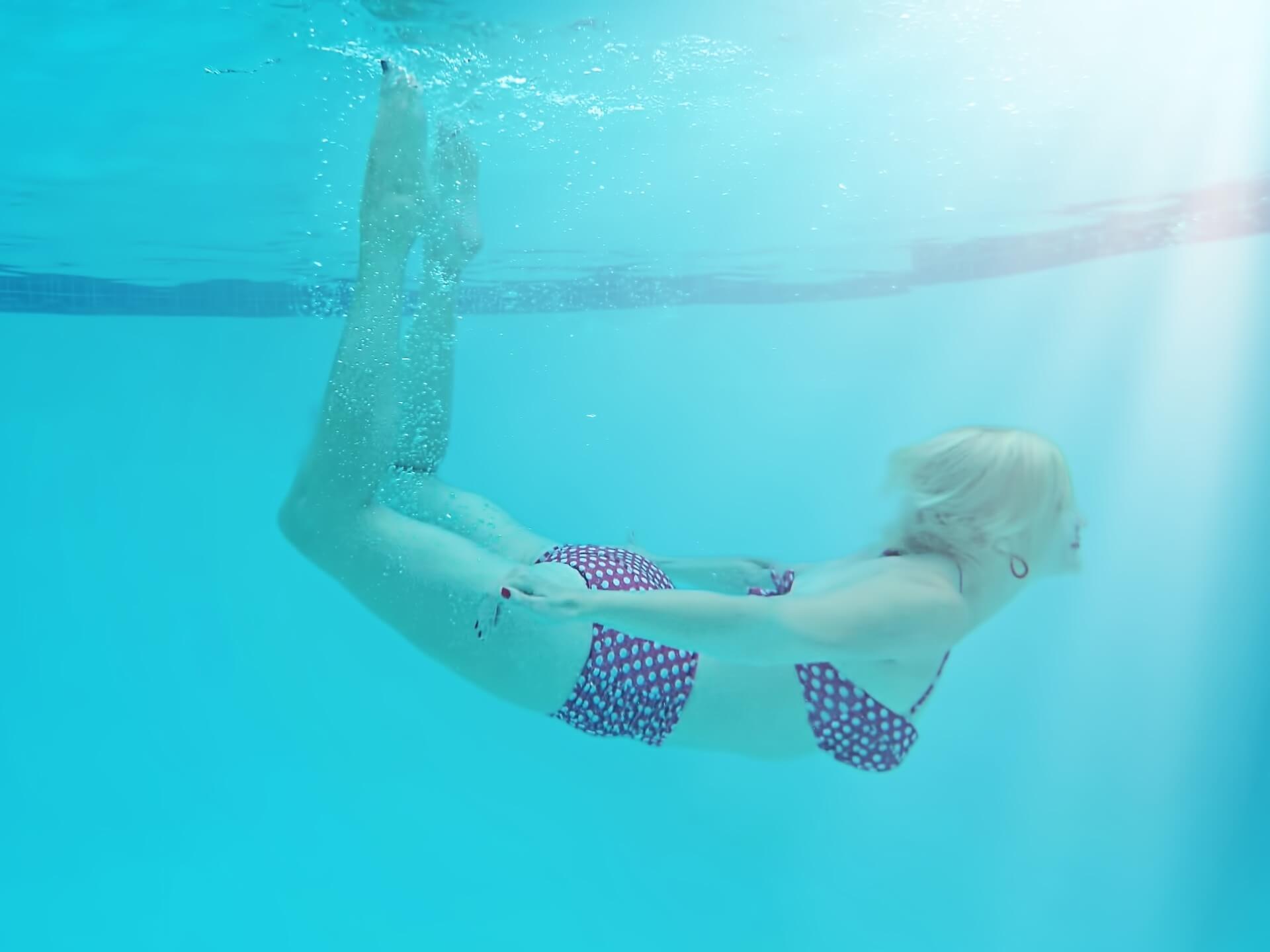 woman-underwater-842135_1920